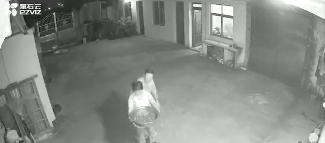 泪目一幕!父母对摄像头喊女儿回家吃小龙虾