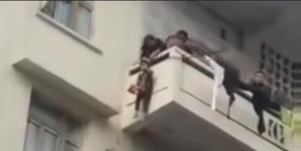 老人用绳吊7岁孙子下楼救猫,岂止是心大?