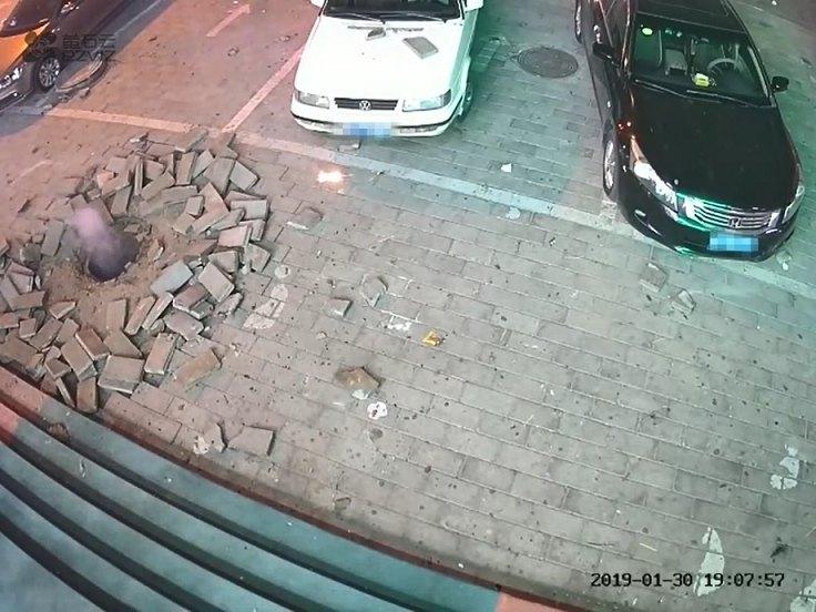 触目惊心!春节期间燃放烟花爆竹不当,小心被炸飞!