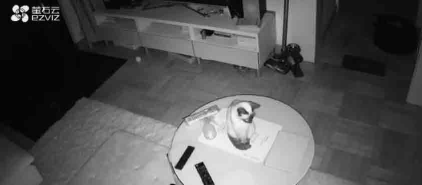 监控拍下独居女孩房间内一幕:有人在等你……