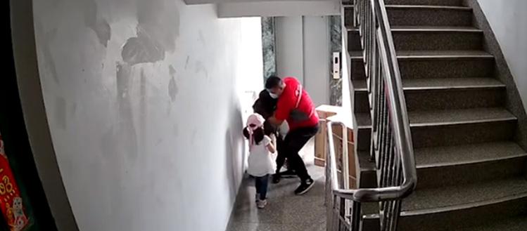 """暖哭!""""快递叔叔救妈妈dan wu送空调,请别怪他"""""""