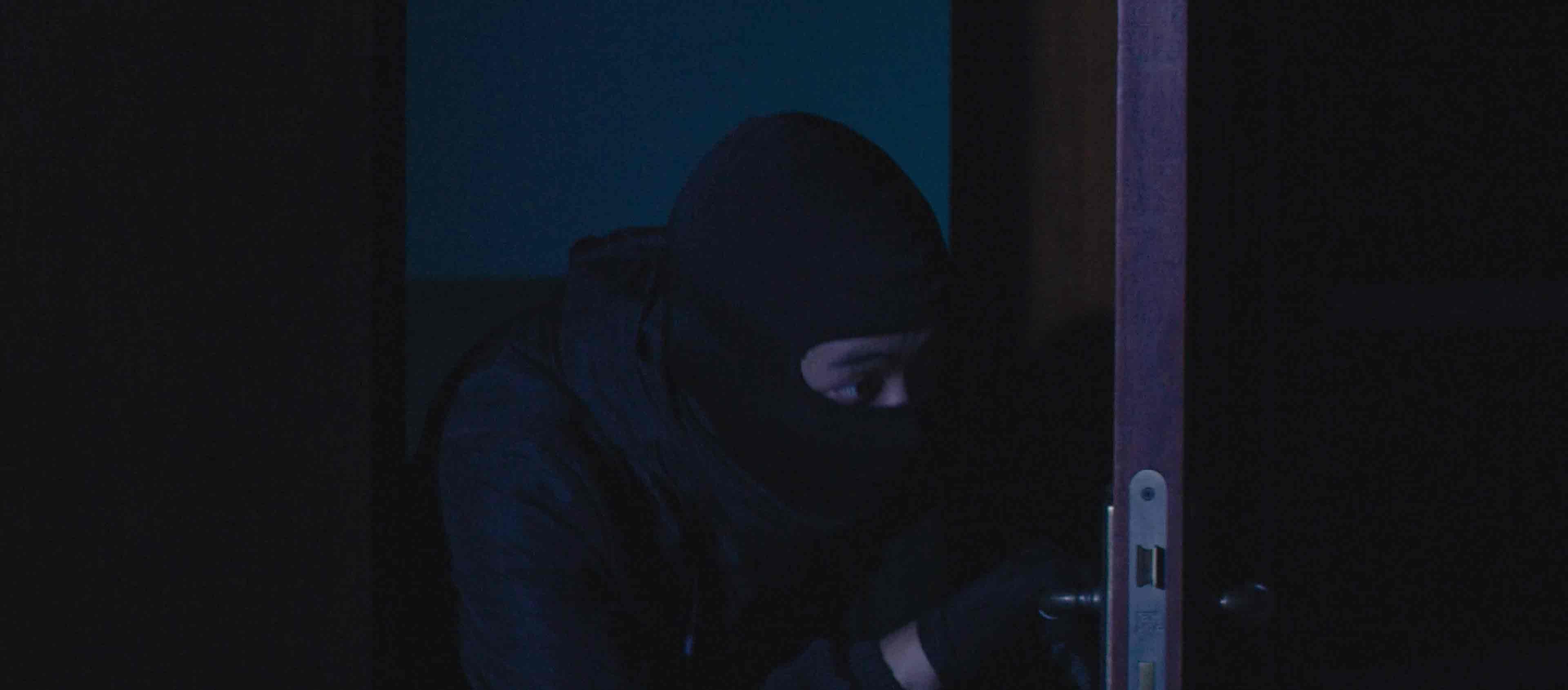 太天真!小偷盗窃发现有监控,竟把摄像头遮住还销毁了它......