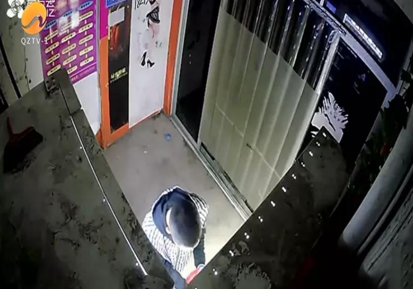 难以置信!男子凌晨在自动贩卖机干这事儿...