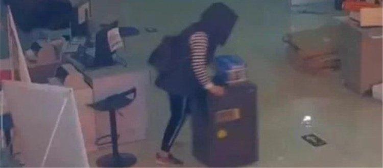 小偷把80斤保险柜推了4公里,打开后她差点背过气去……