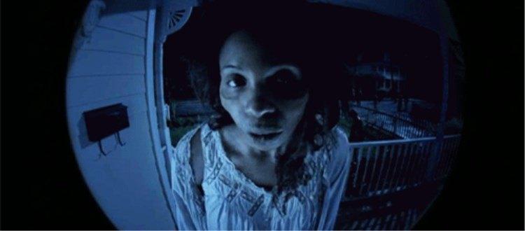 吓人!男子半夜敲门,透过猫眼看到了…