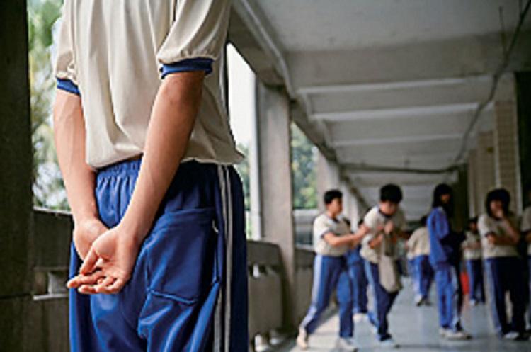校霸逼迫9名学生与其交往,校园安全?#31859;?#21040;这些... ...