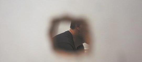 """小心隔墙有""""眼""""!浴室窗外有异响,监控拍下了这样一幕!"""