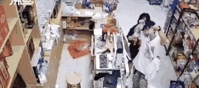 超市老板不在门大开,监控拍下这些年轻人拿了东西后......