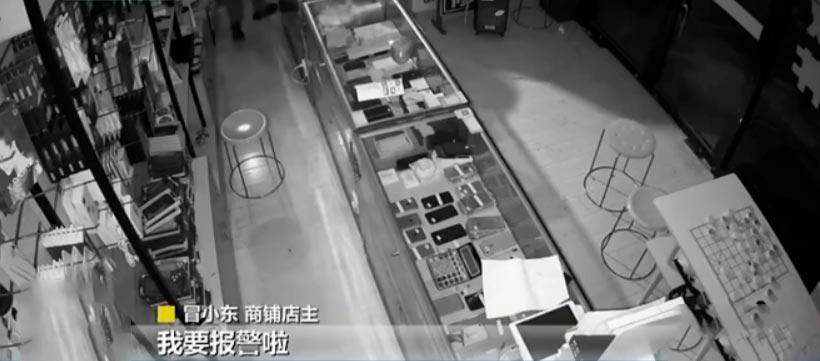 """""""我要报警啦!""""俩小偷凌晨入店盗窃,突然上头传来一个声音…"""